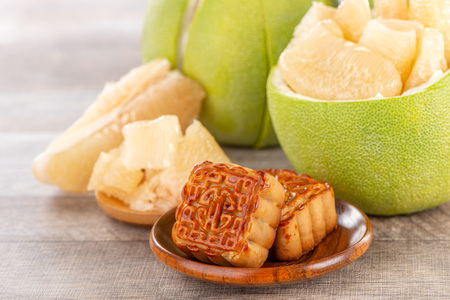 fresh and peeled pomelo(shaddock), grapefruit with slices and mooncake in mid-autumn festival(moon festival) Archivio Fotografico