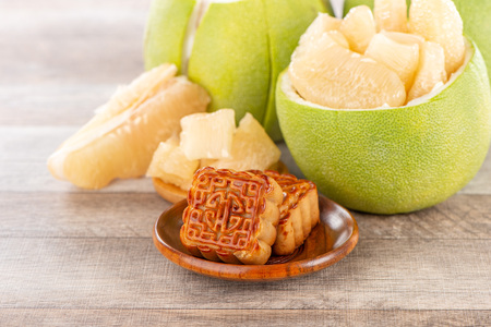 fresh and peeled pomelo(shaddock), grapefruit with slices and mooncake in mid-autumn festival(moon festival) Foto de archivo