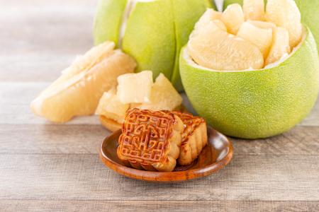 pomelo (shaddock) frais et pelé, pamplemousse avec tranches et gâteau de lune au festival de la mi-automne