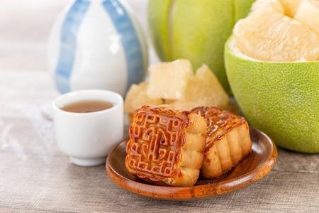 fresh and peeled pomelo(shaddock), grapefruit with slices and mooncake in mid-autumn festival(moon festival) 스톡 콘텐츠