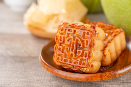 pomelo (shaddock) frais et pelé, pamplemousse avec tranches et gâteau de lune au festival de la mi-automne Banque d'images