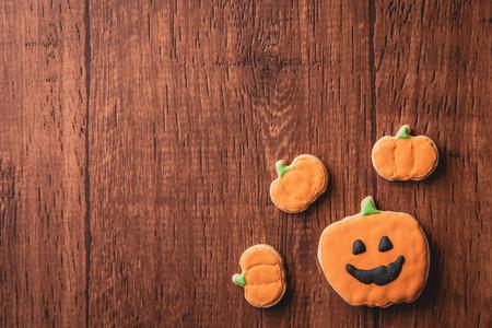 Verse heerlijke zelfgemaakte versierde halloween koekjes snoepjes op donkere houten achtergrond, concept van halloween-feest, kopie ruimte (tekst ruimte), bovenaanzicht, blanco voor tekst. Stockfoto