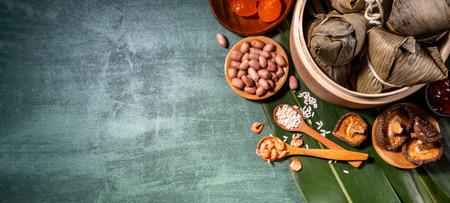 Nahaufnahme, Kopienraum, Ansicht von oben, flach. Berühmtes asiatisches chinesisches leckeres handgemachtes Essen im Duan Wu Festival, gedämpfte Reisknödel in Form von pyramidenförmigen Zutaten