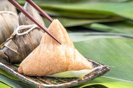 关闭,拷贝空间,着名亚洲鲜美食物在龙舟(堤武)节日,被竹叶包裹的蒸的米饺子金字塔形由黏米饭未加工的成份做了