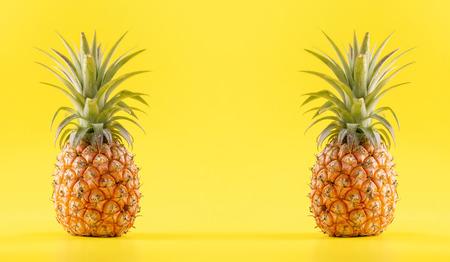 Hermosa piña fresca aislada sobre fondo amarillo brillante, concepto de patrón de idea de diseño de fruta de temporada de verano, espacio de copia, de cerca