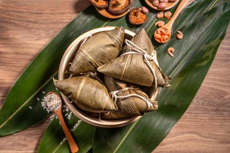 Zongzi,蒸米饭饺子在木桌竹叶,食物在龙舟节段un概念,关闭,拷贝空间,顶视图,平的位置