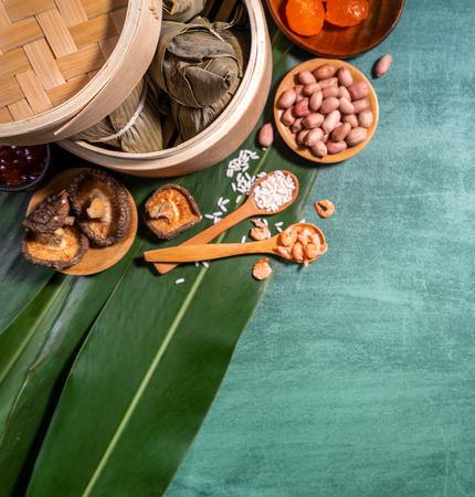 Zongzi,蒸米饭饺子在绿色表背景,在龙舟节段概念,关闭,拷贝空间,顶视图,平躺的食物