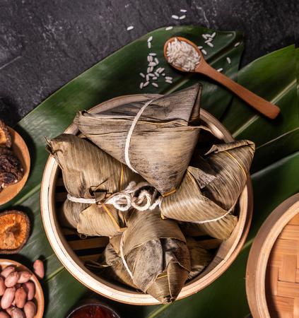 Zongzi,蒸笼中可口的新鲜热蒸米饭饺子。关闭,拷贝空间,着名亚洲鲜美食物在龙舟段节日