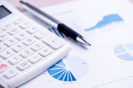 Weißer Rechner und Bericht mit Diagramm und Grafik, Konzept der jährlichen Finanzgewinnübersicht, Bankwesen und Investitionen, Kopierraum, Makro, Nahaufnahme close