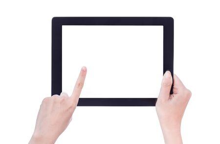 Mano de mujer sosteniendo una tableta negra con pantalla en blanco aislado sobre fondo blanco. Foto de archivo
