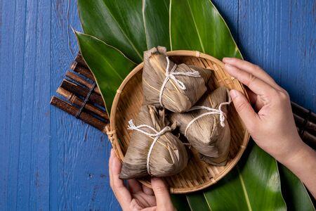 米饺子,zongzi  - 在龙舟节日,段武节节日,顶视图,平的位置设计概念的蓝色木背景的传统中国食物。