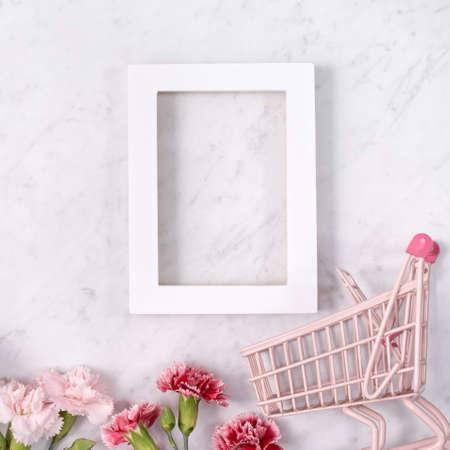 母亲节假日问候设计的概念与康乃馨花束和礼物在白色大理石背景