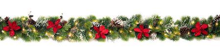 Ghirlanda di alberi di Natale decorata con fiori rossi di poinsettia natalizia e luci a led brillanti, striscione festivo
