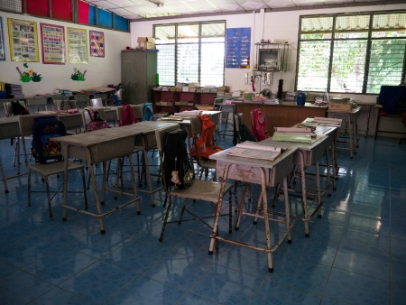 salle classe: Cholburi, Tha�lande - Ao�t 29 2013 - Thai salle de classe �l�mentaire, tout �l�ve de sortir pour le d�jeuner