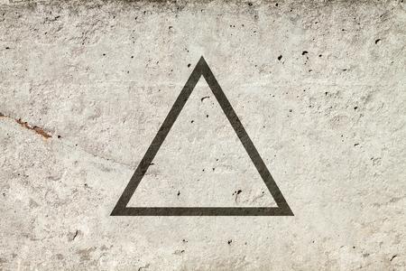 Zwarte platte driehoek op abstracte steenachtergrond. Abstracte psychedelische achtergrond.
