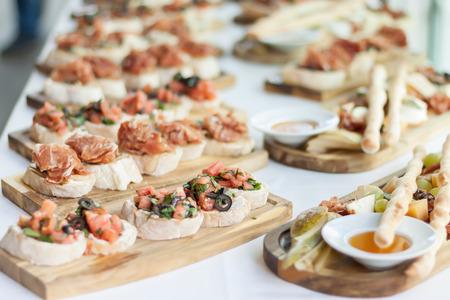 Délicieuse variété de plats méditerranéens. Set de collations appétissantes antipasti.