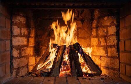Kamin. Brennholz brennt in einem Kamin Nahaufnahme