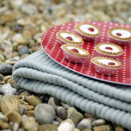 picnic blanket: Una bandeja de tartas Bakewell sobre una manta de picnic plegable