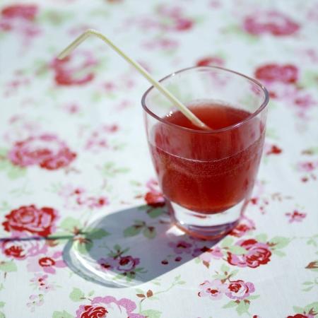 drinking straw: Un bicchiere di bibita gassata con cannuccia