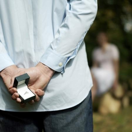 suo: L'uomo nascosto un anello dalla sua fidanzata