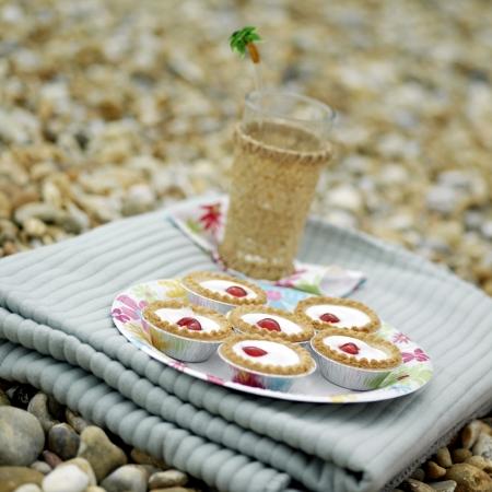 picnic blanket: Vidrio y tartas Bakewell sobre una manta de picnic plegable