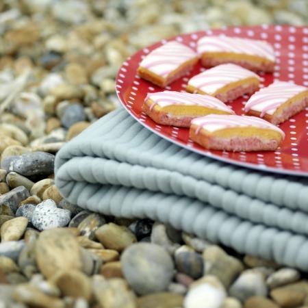 picnic blanket: Una bandeja de pasteles en una manta de picnic plegable