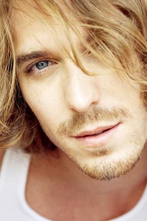 mann mit langen haaren: Close-up von einem Mann mit Schnurrbart und lange blonde Haare Lizenzfreie Bilder