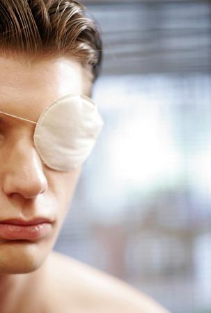 Eine verletzte Mann mit einer Augenklappe über seinem linken Auge