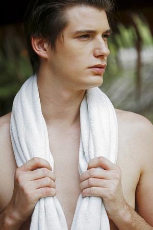 shirtless guy: Un hombre sin camisa con una toalla blanca alrededor de su hombro