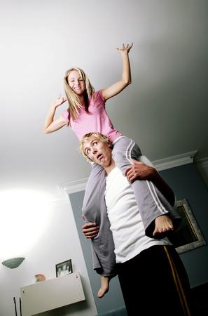 shoulder ride: Una se�ora que tiene un paseo el de leng�eta en el hombro de su novio