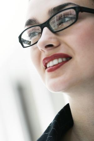 rimmed: Primer plano de una mujer con l�piz labial rojo y negro gafas de montura sonrientes