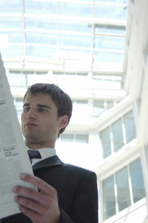 traje sastre: Un hombre en traje de negocios la lectura de un peri�dico