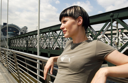 highlighted hair: Una donna pendente contro un guardrail