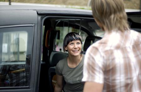 highlighted hair: Una donna seduta in un furgone in attesa per il suo ragazzo per entrare in