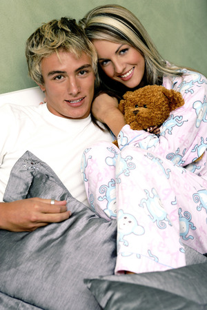 highlighted hair: Una coppia in pigiama seduti insieme sul letto