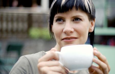 highlighted hair: Una donna che beve una tazza di caff�