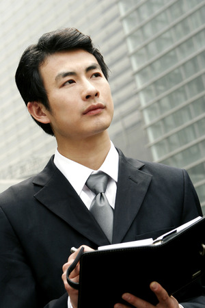 traje sastre: El hombre en traje de negocios por escrito su organizador