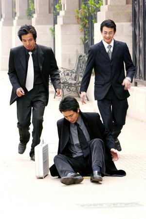 Dos hombres que se ejecutan a la ayuda de su amigo Foto de archivo - 26137861