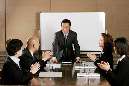 supervisores: Colegas que aplauden las manos para una buena presentación
