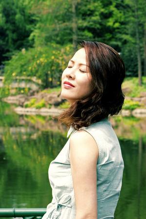 fresh air: Una donna annusando l'aria fresca