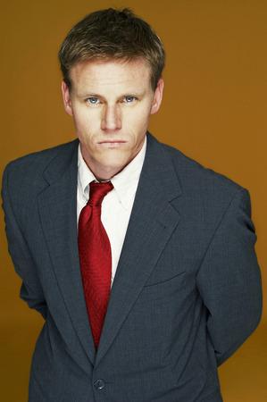 traje sastre: Un hombre de aspecto serio en traje de negocios