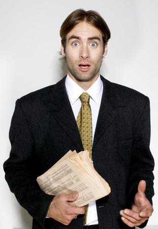 traje sastre: Hombre en traje de negocios la celebraci�n de un peri�dico