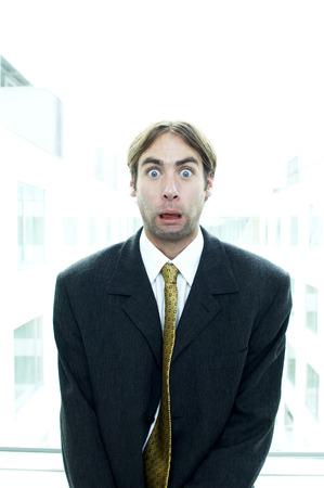 traje sastre: Hombre en traje de negocios con sus ojos se abrieron de par en par