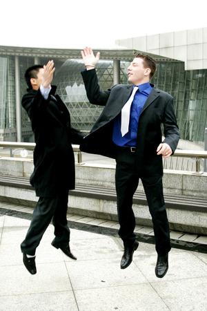 traje sastre: Dos hombres en traje de negocios dando de alta cinco Foto de archivo