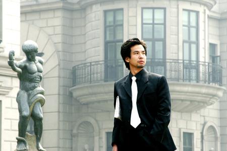 traje sastre: El hombre en traje de negocios de pie delante de un edificio Foto de archivo