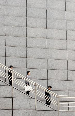 bajando escaleras: La gente de negocios caminando por las escaleras