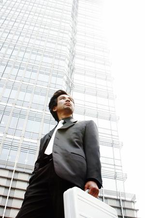 traje sastre: El hombre en traje de negocios con un malet�n