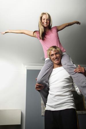 shoulder ride: Mujer sentada en el hombro de su novio
