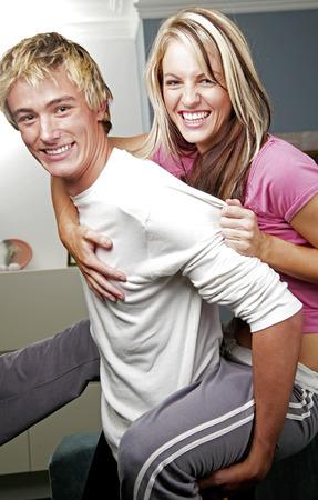 highlighted hair: L'uomo porta la sua ragazza sulla schiena
