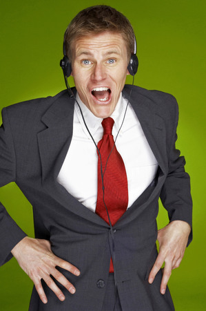 traje sastre: Un hombre enojado mirando en traje de negocios